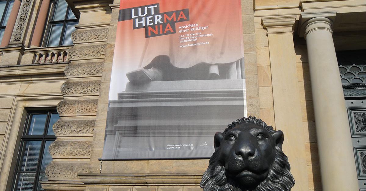 Plakat am Eingang der Luthermania-Ausstellung in Wolfenbüttel