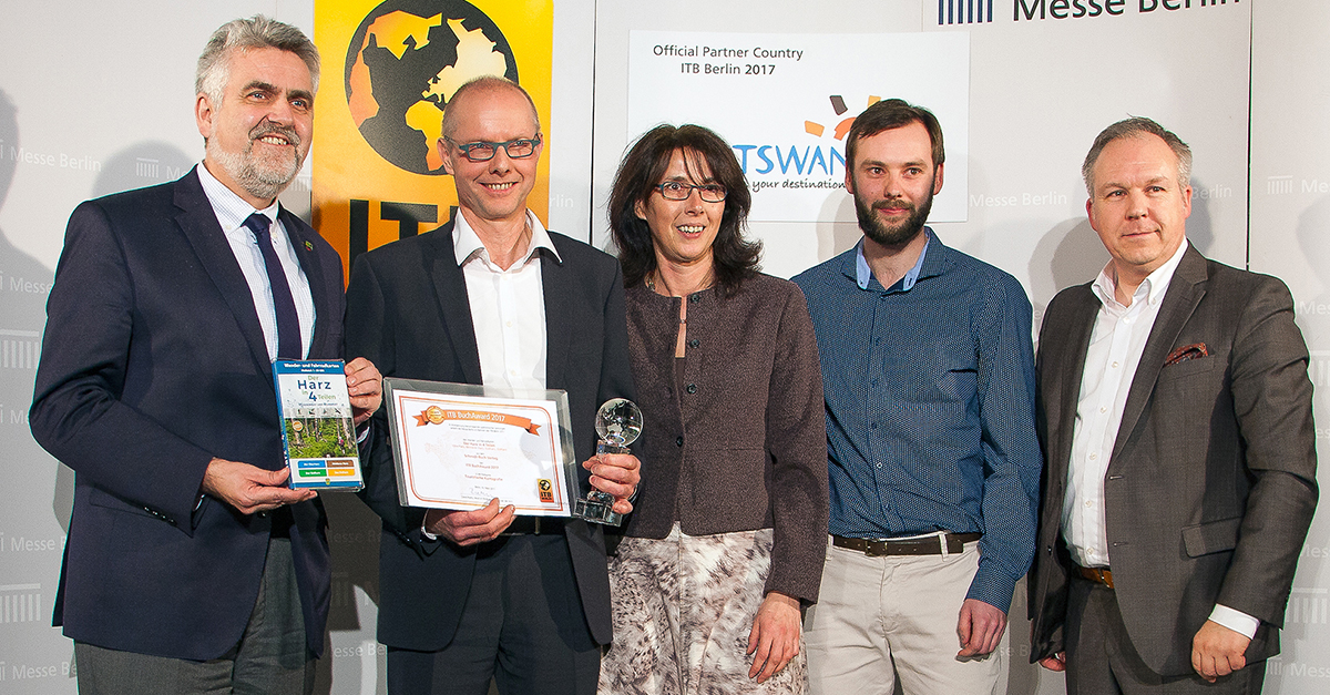 Das Team vom Schmidt-Buch-Verlag gemeinsam mit Wirtschaftsminister Prof. Armin Willingmann und dem ITB-Chef David Ruetz