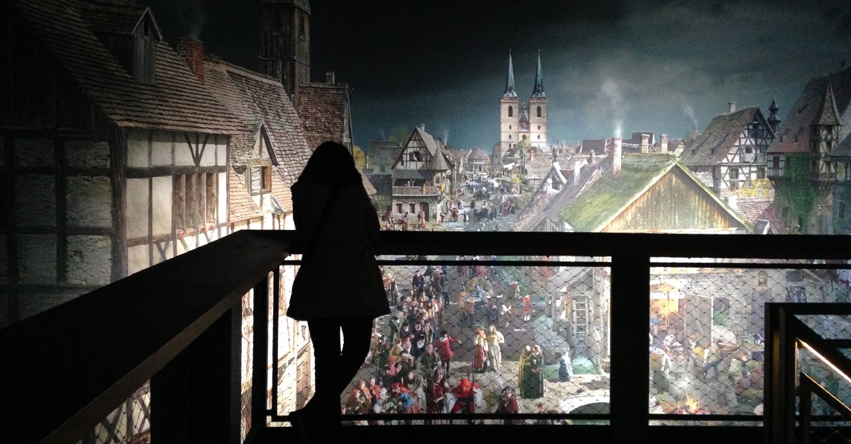 Eine Frau betrachtet das Panorama-Bild in Wittenberg