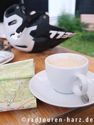 Ein Cappucino und eine Karte auf einem Tisch