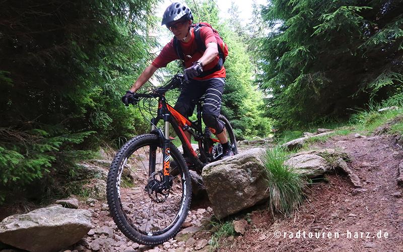 Mountainbiker auf technischem Trail