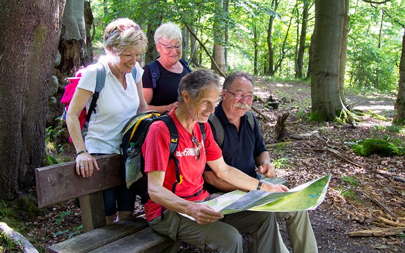 Wanderer schauen auf eine Karte