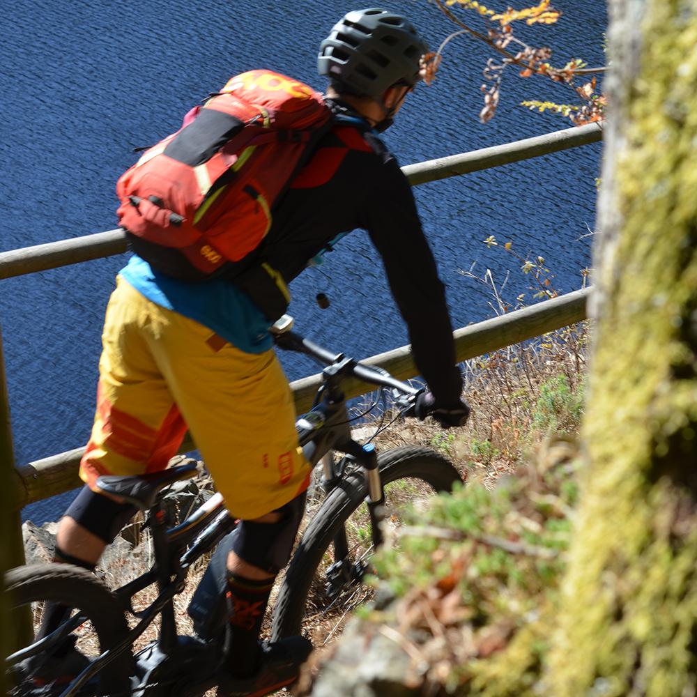 Ein Mountainbiker an der Eckertalsperre