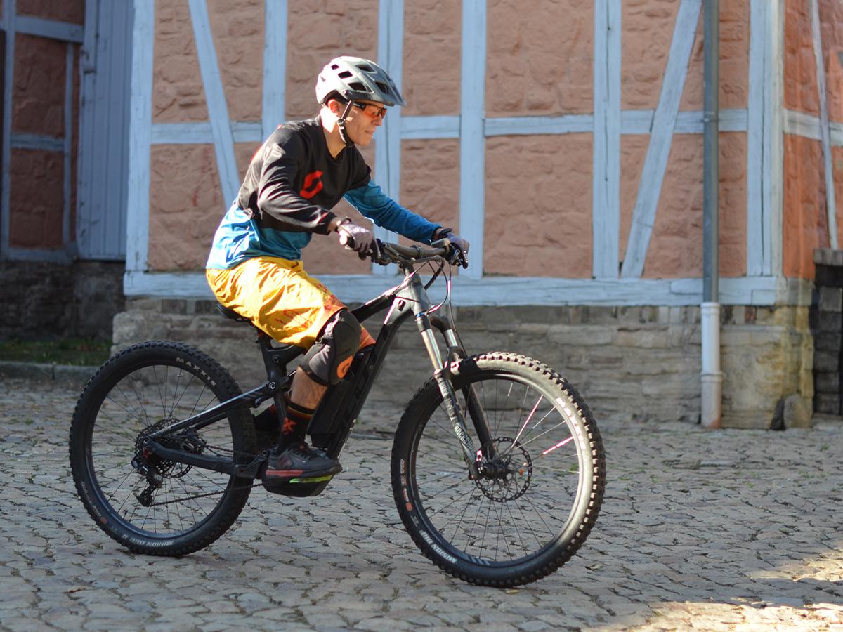 Ein Mountainbiker testet ein E-MTB auf einem Hof in Ilsenburg (Harz)