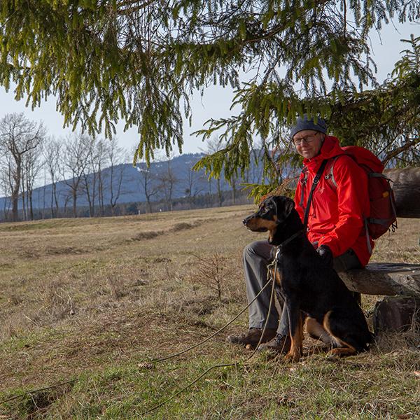 Wanderer mit Hund bei Elbingerode im Harz