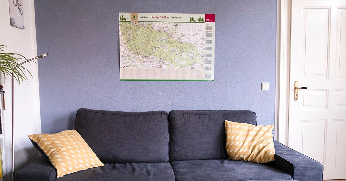 """Das Rubbelposter """"Harzer Wandernadel"""" hängt in einem Wohnzimmer"""