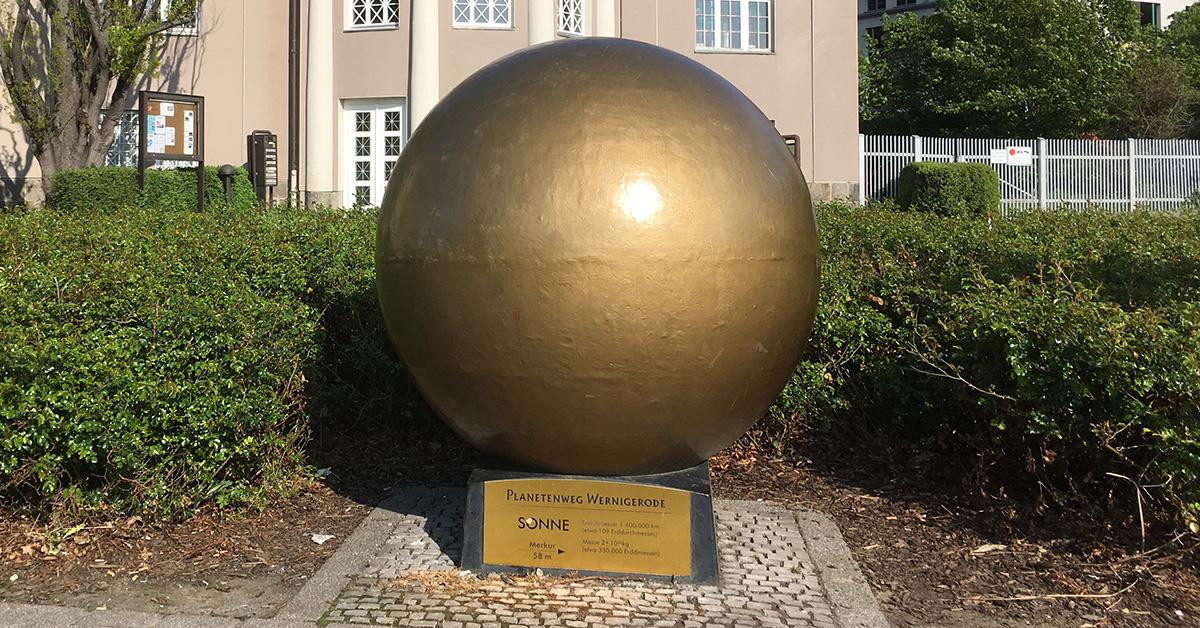 Die Sonne markiert den Beginn des Planetenwegs in Wernigerode