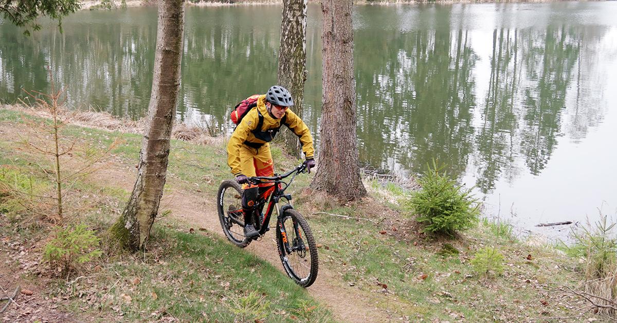 Mountainbiker am Birnbaumteich im Ostharz