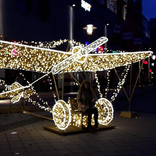 Auf dem Domplatz in Magdeburg steht ein Flugzeug aus Lichtern