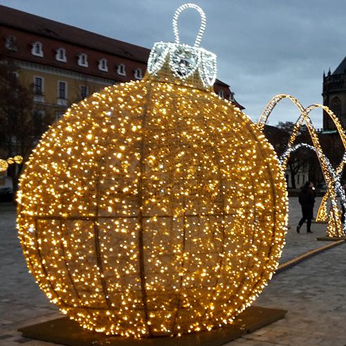 Auf dem Domplatz in Magdeburg steht eine Kugel aus Lichtern