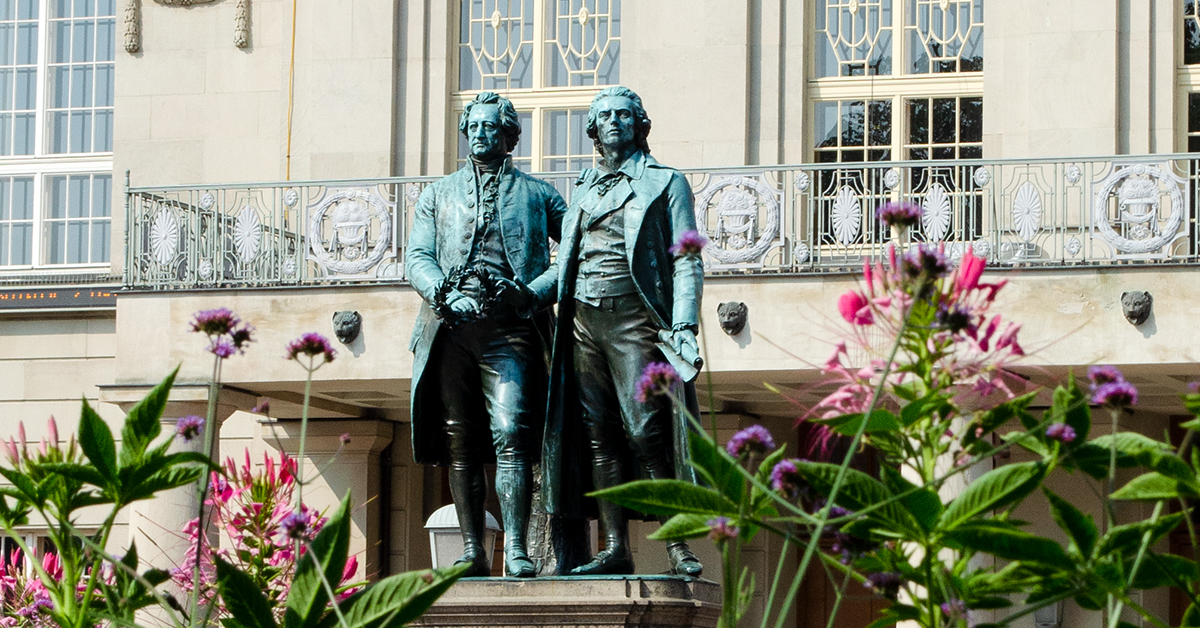 Das Goethe-Schiller-Denkmal auf dem Theaterplatz in Weimar