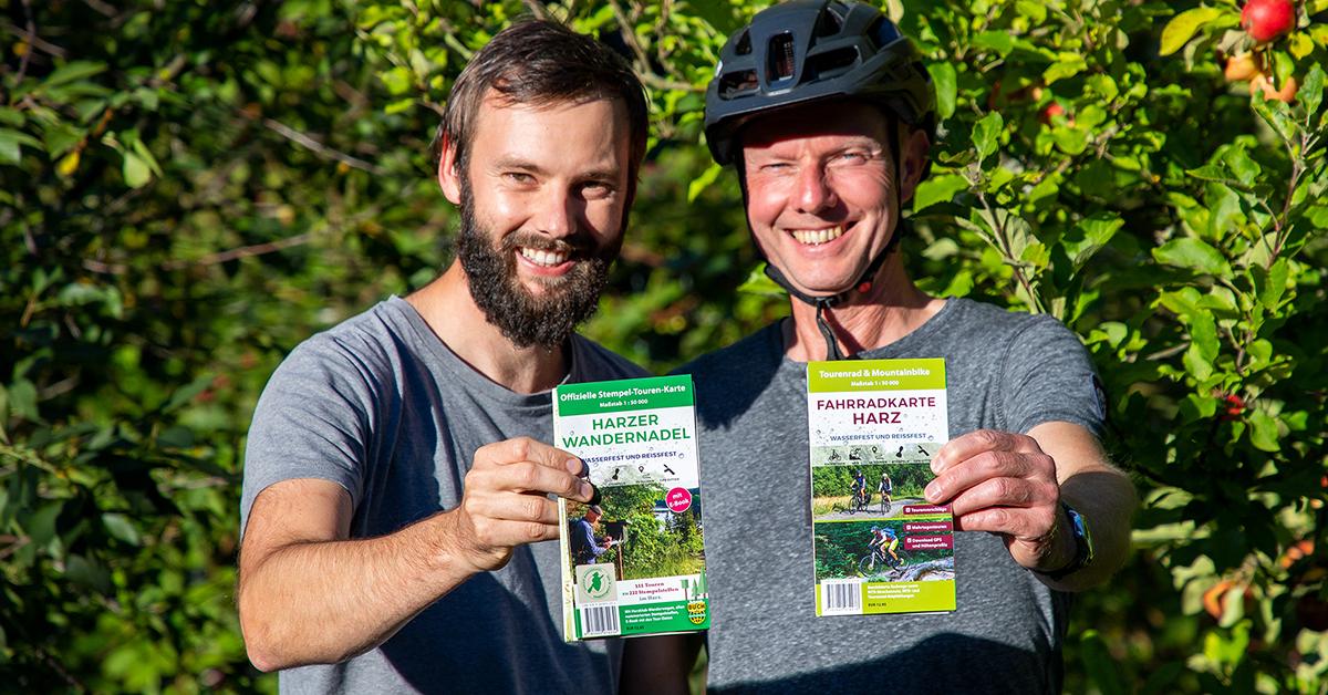 Thorsten und Max Schmidt präsentieren die neue Fahrradkarte Harz und die Stempel-Touren-Karte der Harzer Wandernadel