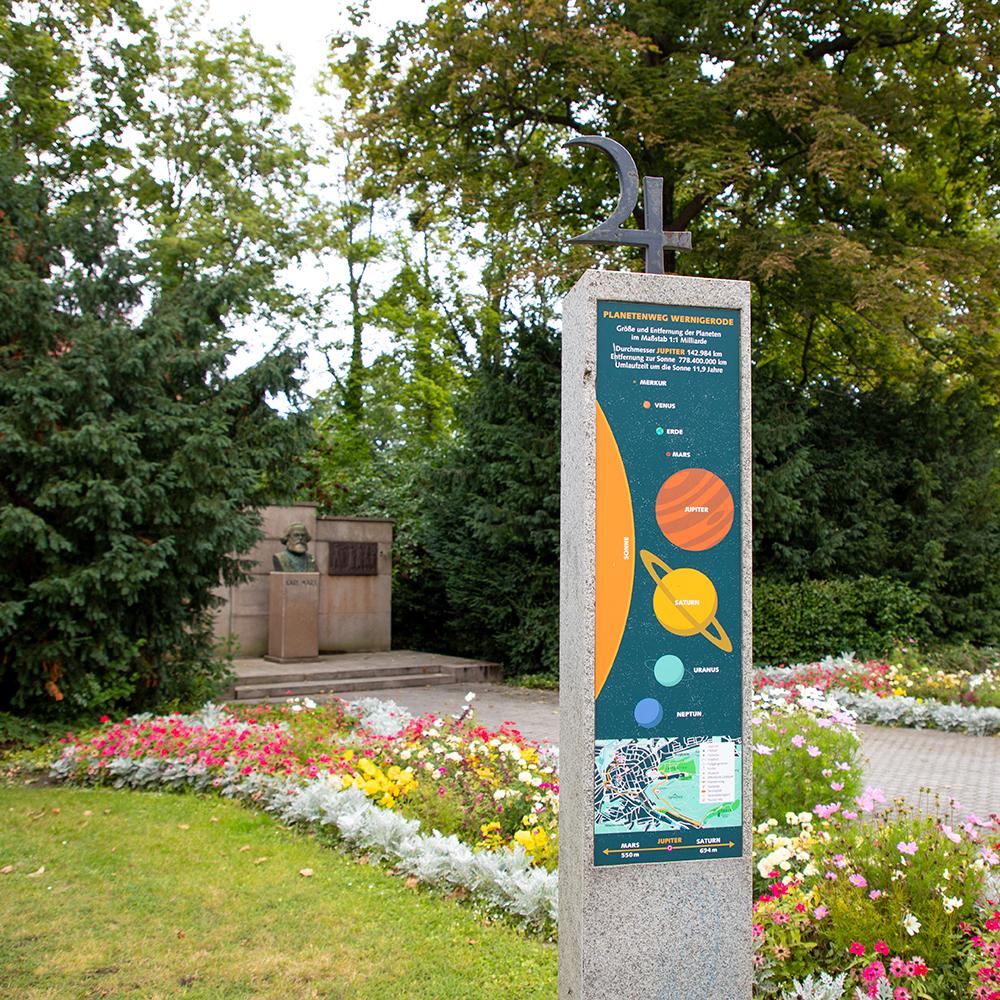 Stele beim Karl-Marx-Denkmal am Planetenweg in Wernigerode