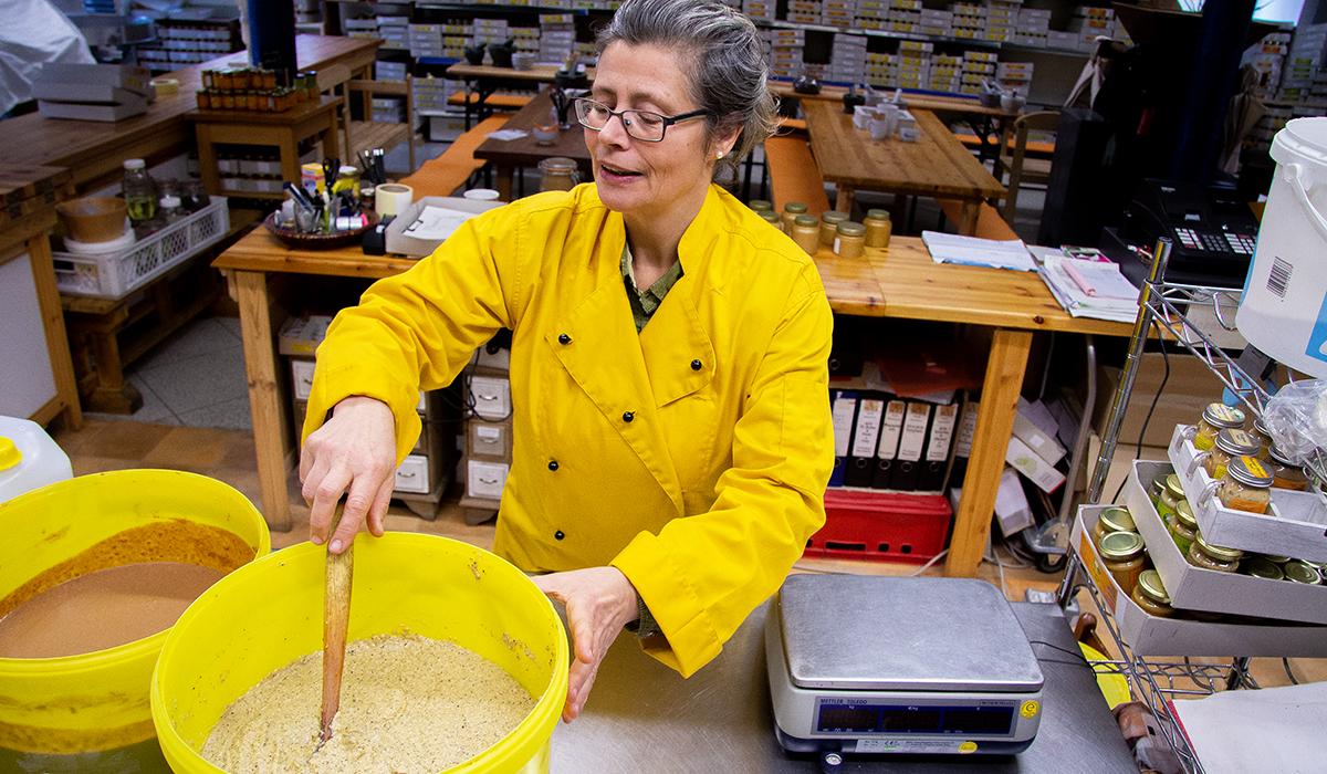 Senf wird in einem großen Eimer gerührt