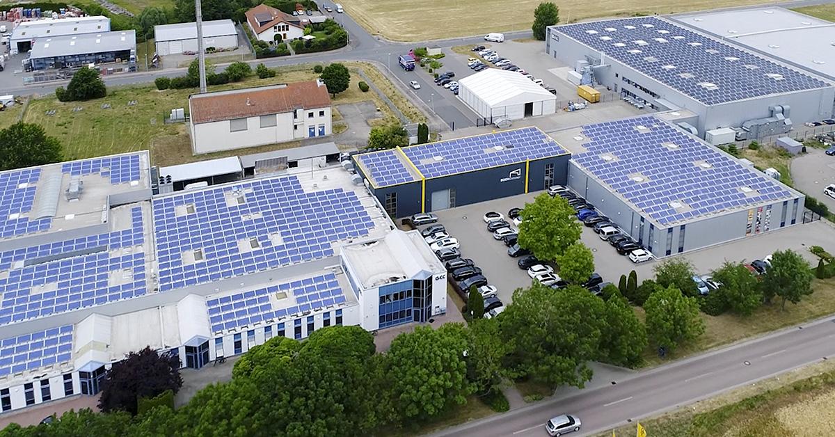Luftbild von unserem Druckpartner mit Solarpanels auf dem Dach